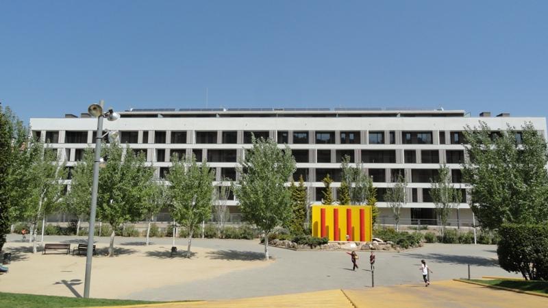 Edificio residencial de 54 viviendas locales comerciales for Oficinas sanitas barcelona